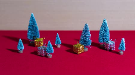 Bomen en kerstcadeaus in stop motion Stockvideo