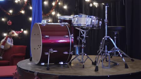 percussão : Drum Kit on the Christmas platform
