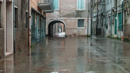 Street of the ancient city is flooded Vídeos
