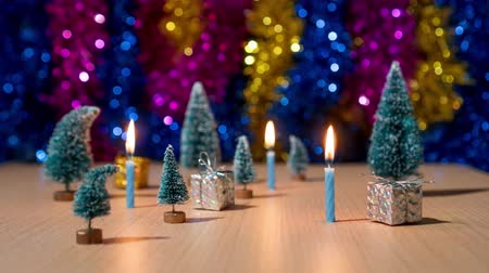 presentes : Christmas trees and gifts with candles burning in timelapse