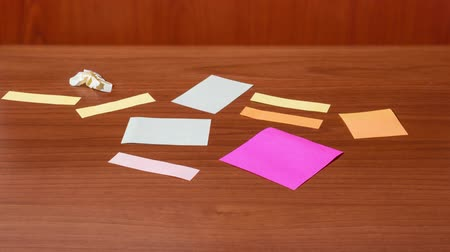 hajtogatott : Note paper appears on the table in stop motion