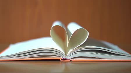 corrente : The pages of the book create a heart