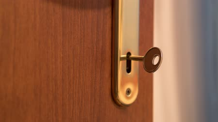 odemknout : Key turns in the door lock