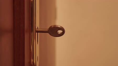 buraco de fechadura : Key turns in the door lock