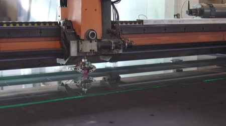 üveges : Automatic machinery is cutting the glass Stock mozgókép