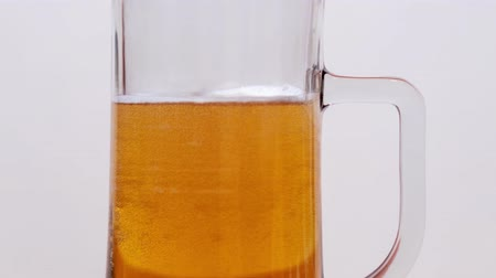 quartilho : Beer fills a glass tumbler in stop motion