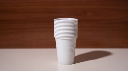 глыба : Disposable plastic cups grow one on top of the other Стоковые видеозаписи