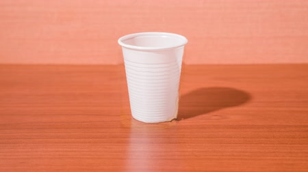 proměna : Glass cup turns into plastic cup