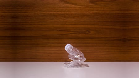 глыба : Plastic bottle bends in stop motion