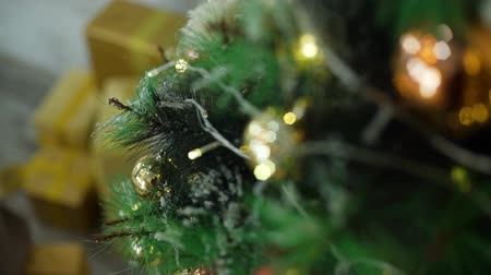 osvětlovací zařízení : Close-Up Shot of Christmas Tree and Decorations