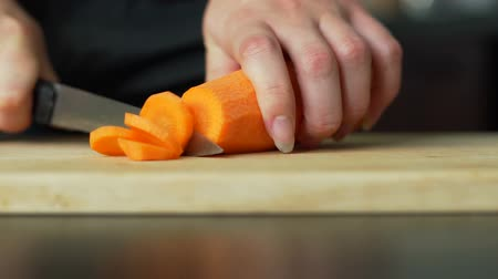 tábua de cortar : Woman Cutting the Carrot