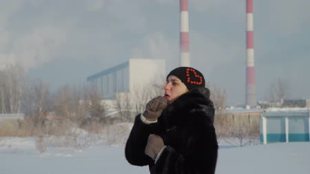 mrazivý : Woman Warming Up Hands near Industrial Zone Dostupné videozáznamy