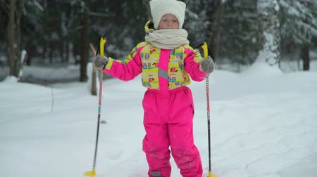 télen : Little Girl Skiing in the Forest Stock mozgókép