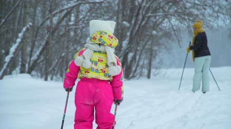 szibéria : Woman Skiing and Daughter Follows Her
