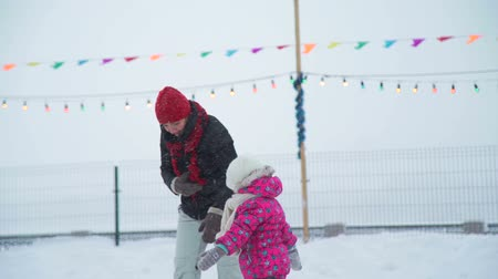 szibéria : Little Girl Trying to Skate with her Mother