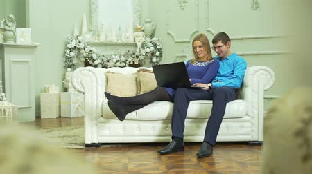 calor : Couple Viewing Photos on a Laptop in Christmas