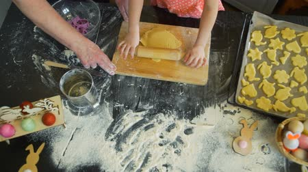 fırınlama : Granny Shows to Granddaughter how to Bake Cookies