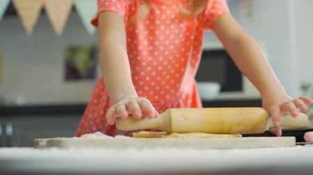 штифт : Little Girl Rolling Out Dough for Cookies Стоковые видеозаписи