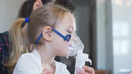 inhalacja : Little Girl Taking Respiratory Inhalation Therapy