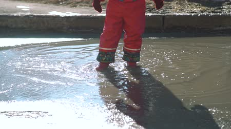 andar : Little Girl Jumping and Splashing in a Puddle Vídeos