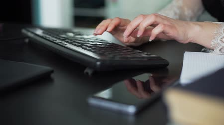 kobieta biznes : Closeup of Woman Typing on a PC keyboard