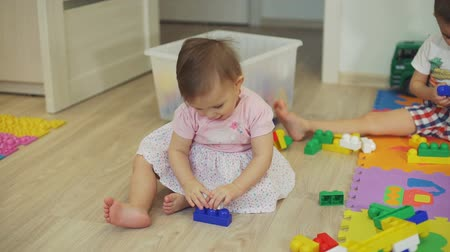 ビルダー : Cute Little Girl Playing with Colorful Blocks