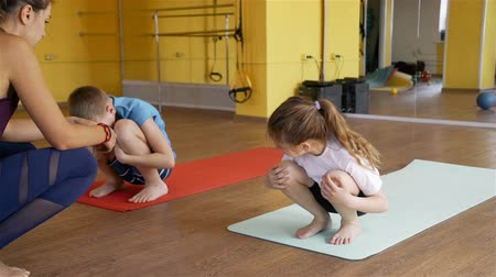 инструктор : Children Exercising under Trainer Supervision