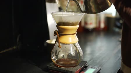 vízforraló : Brewing Coffee with Glass in the Coffee Shop in Slow Motion. Barista Preparing Pour over Coffee. Foods and Drink Concept