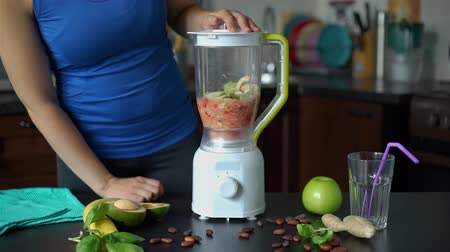 клубника : Young Woman Preparing Smoothie at Home. Blending and Mixing Vegetables to Make Fresh Detox Juice. Slow Motion. Healthy Lifestyle, Weight Loss Food and Nutrition Concept