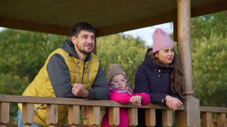 harmonie : Father, his Wife and Little Daughter Enjoying Time Together in Autumn Day. Young Family Spending Weekend on Nature. Harmony with Nature, Leisure and People Concept