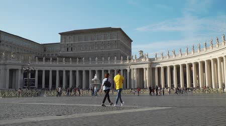 oszlopsor : Vatican City, Italy - October 6, 2019: Tourists at Saint Peter s Square. Colonnade of the Saint Peter Basilica in Vatican City. Concept of Holidays, Vacations and Travel in Europe