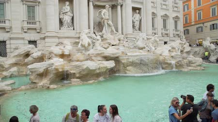 hostující : Rome, Italy - October 5, 2019: Tourists Visiting the Trevi Fountain in Rome. Lesbian Couple Enjoing Together and Fountain. One of the Most Popular Tourist Sights in Rome. Dostupné videozáznamy
