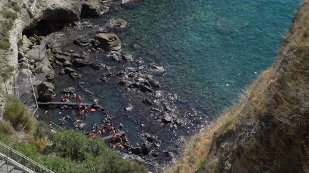 neapol : Amazing View of Beautiful Sorgeto Bay with Thermal Springs. People Bathing in Hot Waters on Ischia Island, Italy. Relax and Spa Concept Wideo