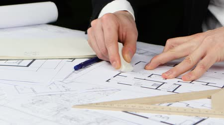 prestados : Builder sits at the table and analyzes the drawing of the new store. Close up Stock Footage