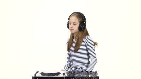 único : Teenager girl dj playing on vinyl wears headphones. White background