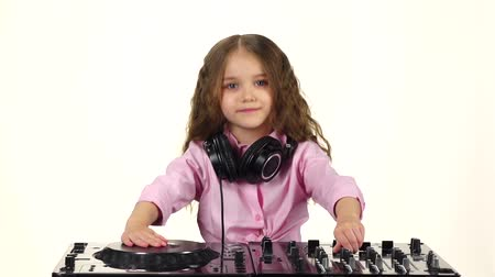 płyta winylowa : Sweet girl with curls plays for dj table. Slow motion Wideo