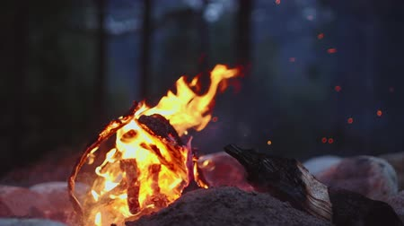 şenlik ateşi : A small campfire burning in slow motion