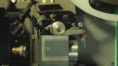bioscoop : Close-up van 16mm film loopt door een projector in slow motion