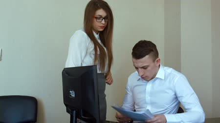 деловая женщина : Businesswoman in office gets reprimand from her boss, stabilized shot