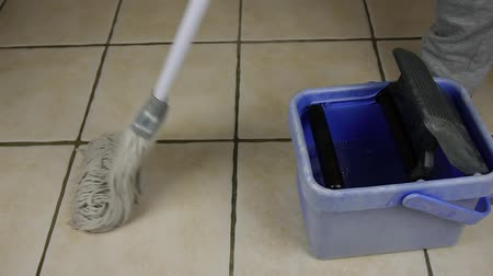 motivasyonel : Mopping The Floor 50p Stok Video