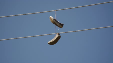hangen : Sneakers opknoping van Power Lines