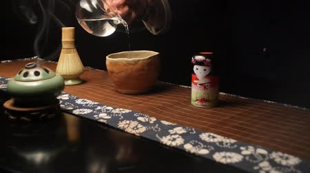 koşullar : Master pours specially prepared water for cooking Japanese tea Matthia