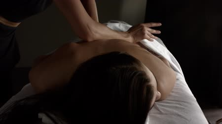 чувствительный : Girl makes a relaxing back massage