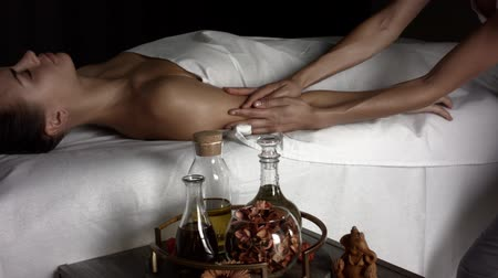 sensível : Girl makes relaxing  massage with oil
