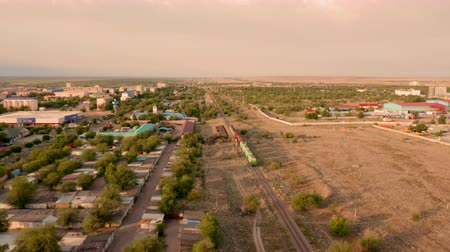 goederentrein : Train in de lucht op een drone in de stad Almaty