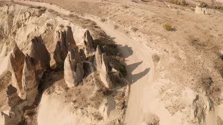 atravessar : Flight in the afternoon on a drone in Cappadocia, shooting in 4K