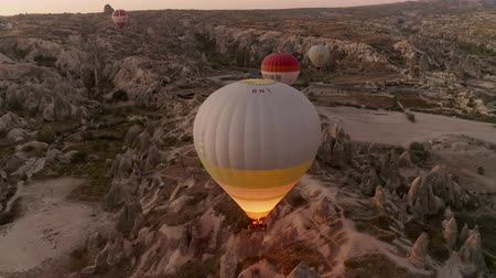 kappadokien : A balloon flies over Cappadocia, shooting from a drone in 4K