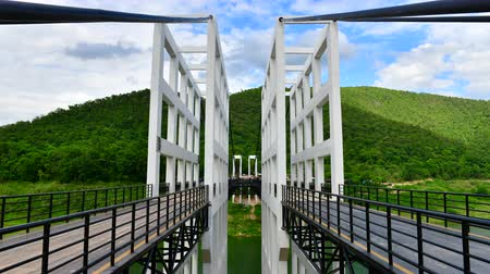 подвесной : 4K time lapse video of suspension bridge at Mae Kuang Udom Thara dam, Thailand.