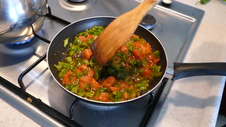 ingredienti : green peppers and tomatoes cooked in oil pan