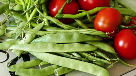 brokkoli : In the kitchen there is green beans, tomatoes and fine pepper,